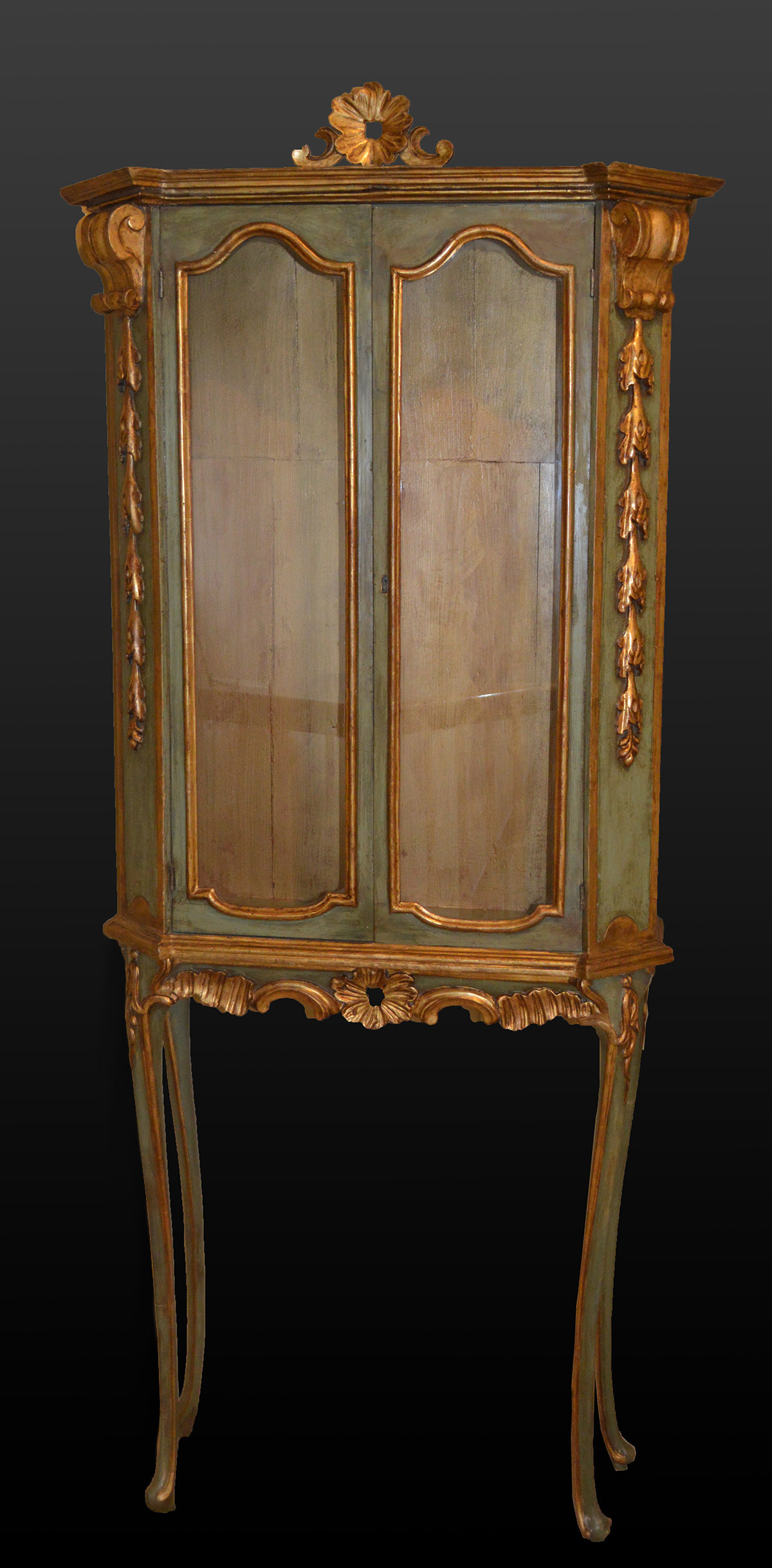 italian rococo style painted and parcel gilded vitrine. Black Bedroom Furniture Sets. Home Design Ideas
